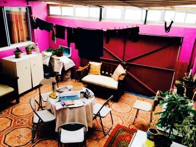 連內裝都色彩鮮豔的室內patio